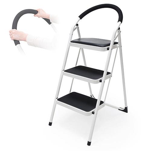 コンパクトに折りたためるステップチェア。ステップラダー。 高い所の物の出し入れや作業時の踏み台や脚立としても使えて便利。